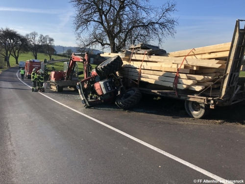 FF Altenhof 20200316164104 VU Traktor mit Holzanhänger