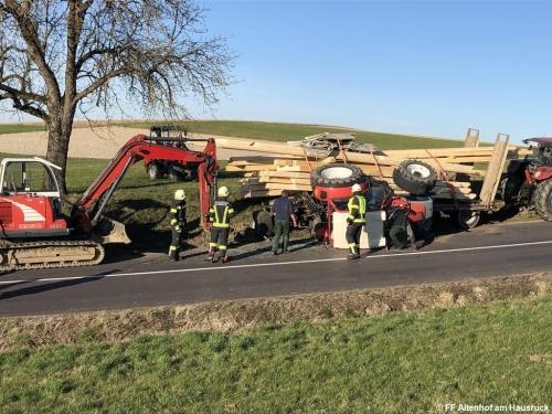 FF Altenhof 20200316164328 VU Traktor mit Holzanhänger