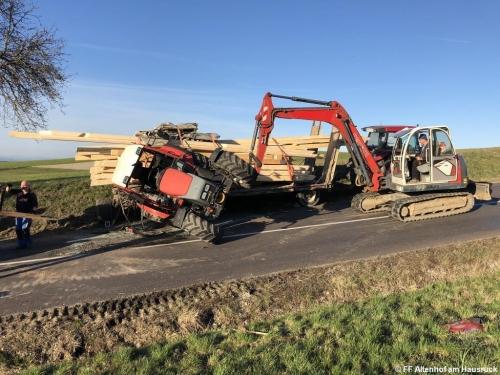 FF Altenhof 20200316170203 VU Traktor mit Holzanhänger