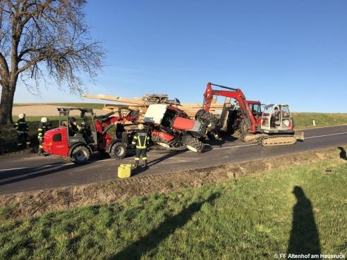 FF Altenhof 20200316170212 VU Traktor mit Holzanhänger