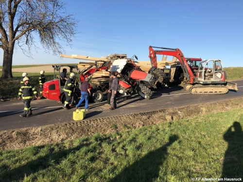FF Altenhof 20200316170234 VU Traktor mit Holzanhänger